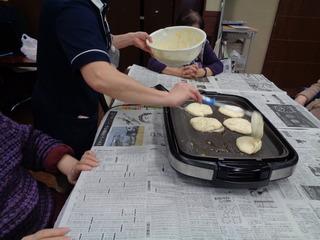 クリスマスケーキを作られる皆さま12.14 (4).JPG